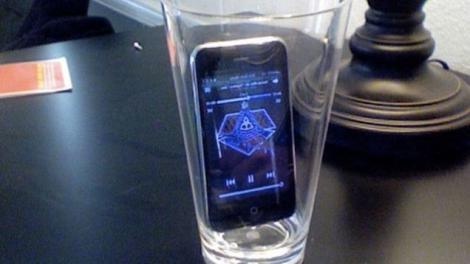 Ce se întâmplă dacă pui telefonul într-un pahar gol! Acesta este clar cel mai tare truc al momentului!