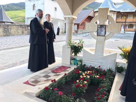 Dovadă clară? Părintele Cristian Pomohaci a pupat pe gură un domn! Dacă a fost din greșeală sau nu doar ei știu...