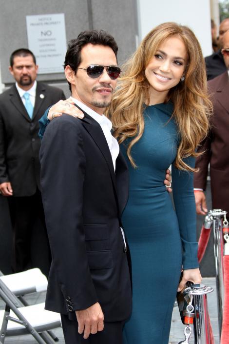 """""""Așa cum a prescris medicul, înconjurat de dragoste!"""" J.Lo, din nou alături de Marc Anthony! Artista a postat pe Instagram o fotografie cu fostul său soț, alături de copiii"""