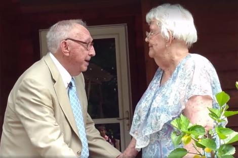 """""""Este singura femeie pe care am avut-o"""", spune bărbatul ce şi-a petrecut 70 de ani alături de aleasa inimii sale. Surpriza ce i-a pregătit-o soţiei cu ocazia aniversării căsniciei a impresionat pe toată lumea!"""