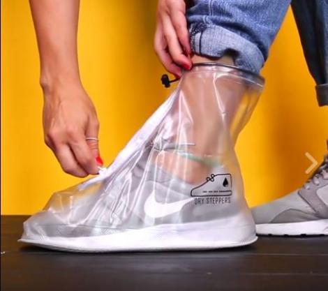 Fie vânt, fie ploaie, încălțămintea rezistă! S-a inventat punga specială pentru pantofi, care te ferește din calea apei. Simplu și practic!