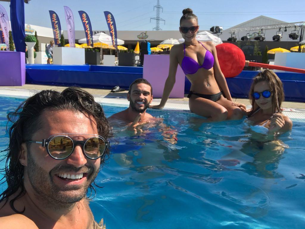 """Ce ritual zilnic au Pepe și Dorian Popa, înainte să intre în direct, la """"Gashka mare"""":  fac baie în piscină, laolaltă cu spectatorii"""