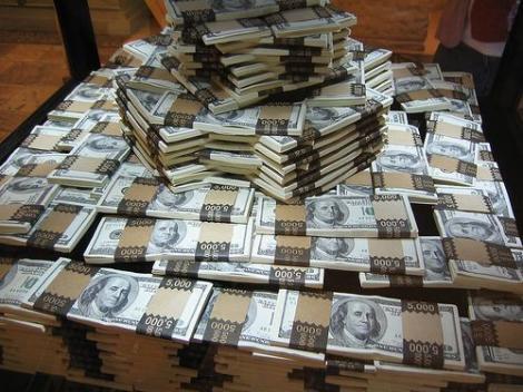 Tu ce ai face cu atâția bani? Un bărbat a dat jumătate de miliard pe un pahar de whiskey. Cum a fost posibil