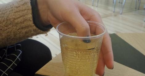 Femeia și-a strecurat pe furiș unghia în paharul cu băutură și s-a speriat când a văzut ce se întâmplă! A sunat imediat la poliție!