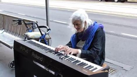 """Video cu piele de găină! O bătrânică de 80 de ani cântă dumnezeieşte la pian: """"Şi-a pierdut ambele fete, trăieşte pe stradă şi a scris cea mai tristă melodie de pe pământ"""""""