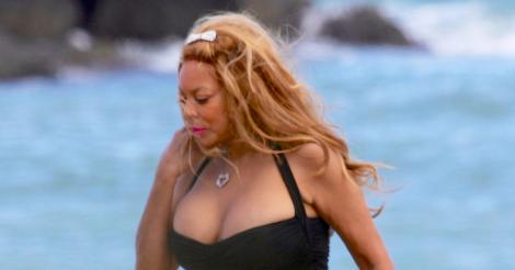 Toți au crezut că văd o păpușă sexy pe plajă, dar au avut un adevărat șoc atunci când au aflat ce vârstă are! Wendy a sucit mințile tuturor cu formele sale