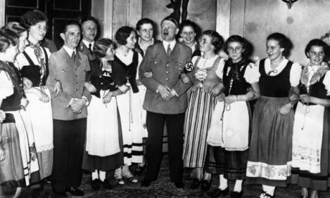 """Tabere de pregătire a viitoarelor mirese destinate ofiţerilor lui Hitler. Umilite, controlate şi obligate să îl iubească pe Fuhrer: """"Trebuie să-şi pătreze trupul pur şi să spere la cât mai mulţi copii"""""""