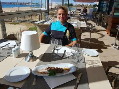 """E vedetă în Portugalia! Românca chef care le servește clienților, direct la masă, un desert flambat cu pălincă: """"E suficient să comande un client că, după ce văd ceilalți, vor și ei"""""""