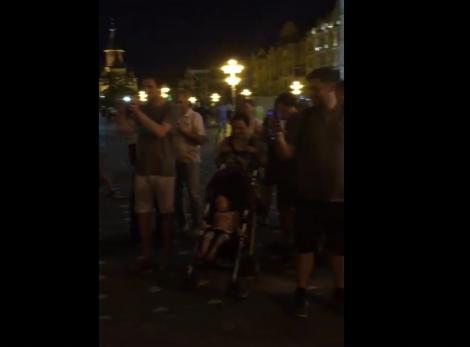 """VIDEO / Un primar din România cântă la chitară pe stradă. Oamenii s-au oprit și au început să îl filmeze: """"Să ne lăsăm sufletul să zburde"""""""