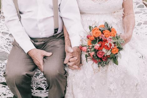 Galerie foto cu multe zâmbete! Şi totuşi există iubire... Doi bătrânei care nu aveau nicio poză de la nuntă au primit cadou o şedinţă foto specială: şase decenii împreună, nouă copii, 16 nepoţi şi patru strănepoţi