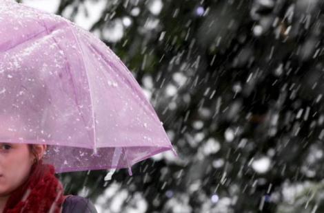 Vremea a luat-o razna! Cod Galben de VIJELII, burniţă şi temperaturi în scădere
