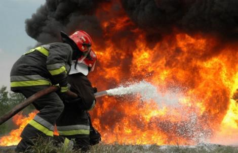 Sâmbăta Neagră! Un pompier a fost  rănit și transportat la spital în urma incendiului de la căminul de bătrâni din Capitală