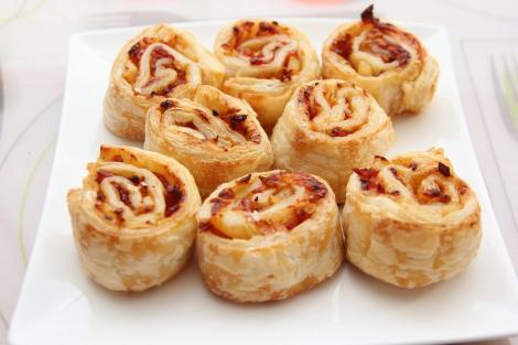 Rulouri din foietaj cu cașcaval și bacon afumat. Un aperitiv ușor de preparat și de mare efect!