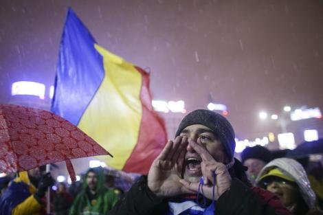 """UPDATE: LIVE din mijlocul protestului. Zecile de manifestanți au aprins lanternele telefoanelor şi au intonat imnul / """"Toate drumurile duc la Bucureşti. Revoluţia generaţiei noastre"""". Mii de persoane sunt aşteptate"""