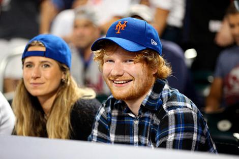 """Ed Sheeran s-a logodit cu o prietenă din copilărie: """"Suntem foarte fericiţi, iar pisicile noastre sunt la fel de răsfăţate"""""""