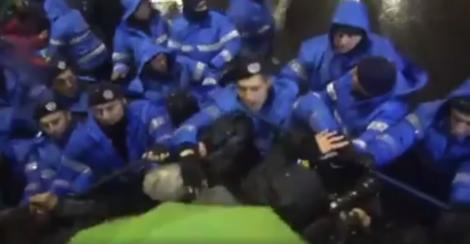 PROTESTELE DE LA 20 IANUARIE. Jandarm, filmat în timp ce loveşte cu pumnul manifestanţii din Piaţa Universităţii (VIDEO)