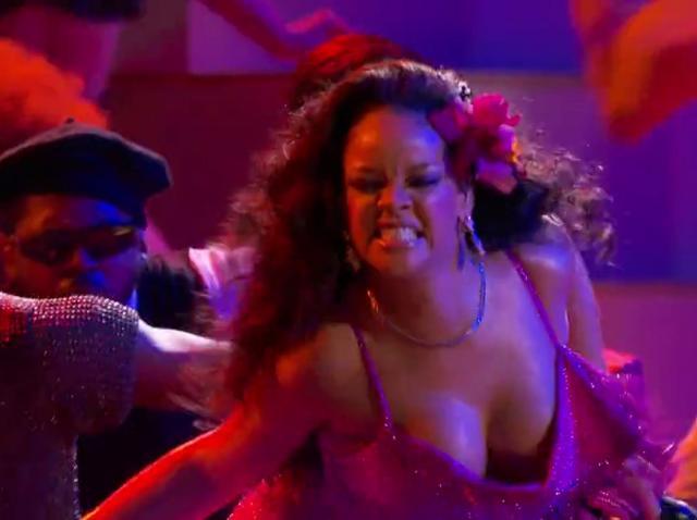 Galerie foto ŞOC! Rihanna s-a îngrăşat şi este de nerecunoscut. Fanilor nu le vine să creadă!