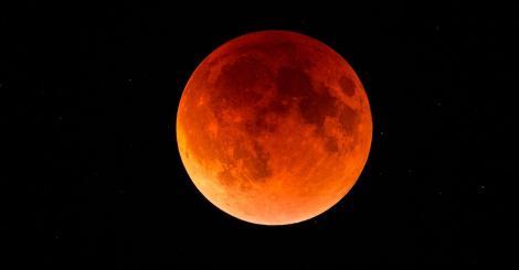 Imagini spectaculoase cu super luna albastră sângerie! Omenirea asistă la un fenomen ce se întâmplă o dată la 150 de ani!
