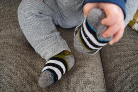 De ce nu e bine să pui șosete cu oțet copilului atunci când acesta are febră! Efectele sunt extrem de grave!