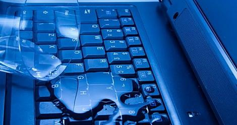 Ai vărsat lichide pe laptop? Nu te panica! Iată ce trebuie să faci pentru a-l salva