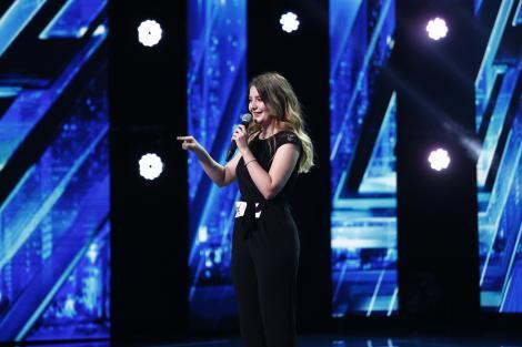 """Angelina Ilie, cea mai emoționată concurentă de pe scena X Factor! Cu o voce tremurândă, a dat greutate piesei """"Friends"""""""