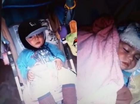 """Imagini revoltătoare! Bebeluși gemeni, înghețați de frig într-o stație de autobuz din Ploiești: """"Părinții dorm pe bancă"""""""