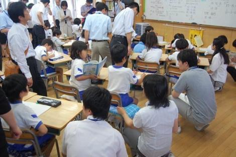 Școala unde elevii învață 12-14 ore pe zi și NU au voie cu telefoane mobile. Profesorii nu concep să își ia concediu