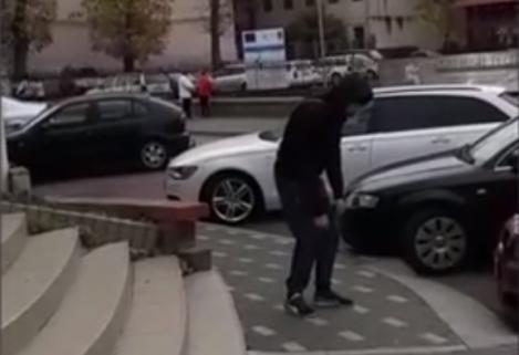 """E din ce în ce mai rău! Fenomenul """"Zombi"""" a ajuns şi la Zalău! Cum a fost surprins un tânăr pe stradă. VIDEO"""