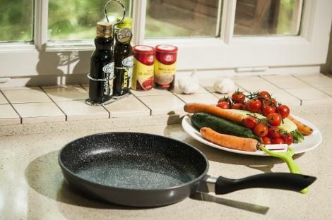 """CONCURS! Câștigă o super tigaie Regis Stone Pan, secretul folosit de concurenții din emisiunea """"Chefi la cuțite""""!"""