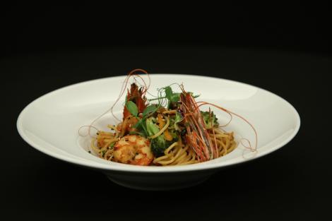 Rețeta Shrimp Wok. O combinație delicioasă de sosuri asiatice cu paste și fructe de mare!