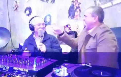 """Încearcă să nu leșini de râs! Un fost prim-ministru român fredonează """"Like a Virgin"""" și """"Material Girl"""", pe post de DJ – VIDEO VIRAL"""