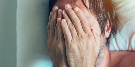 Un tânăr a renunțat la telefonul mobil și în câteva zile a simțit o durere CUMPLITĂ! Ce s-a întâmplat