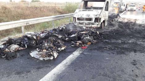 Momente de PANICĂ pentru șoferi! Două mașini au luat FOC pe Autostrada Sibiu-Deva