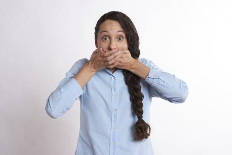 3 afectiuni ale cavității bucale ce îți pot zdruncina serios încrederea în tine