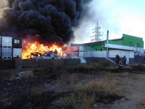 Flăcările sunt de neoprit! Pompierii prahoveni acţionează de peste 12 ore pentru a stinge incendiul izbucnit în Ploiești