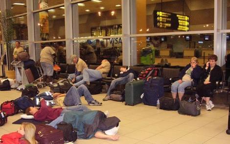 Nervi și zile pierdute pe aeroportul Luton din Londra! Sute de români au rămas blocați după ce două curse au fost anulate