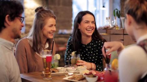 10 alimente pe care trebuie să le consumăm  pentru a ne simți fericiți cu adevărat