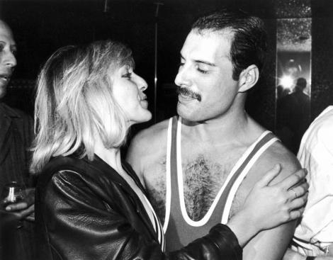 """Ce tare! În """"Bohemian Rhapsody"""", Mary Austin, iubita lui Freddie Mercury, poartă o ie românească, de Breaza!"""