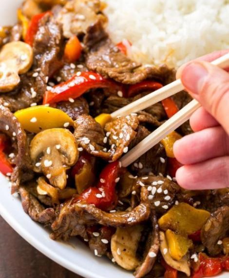 Cea mai bună rețetă de mâncare chinezească de vită cu legume și susan se face în mai puțin de o oră!