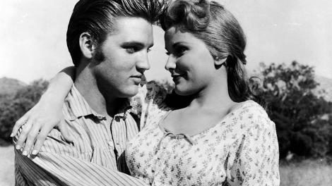 """Astăzi s-au împlinit 62 de ani de când îndrăgitul și nemuritorul Elvis Presley și-a facut debutul în lumea filmului cu celebra melodie ,,Love me tender"""". Imagini video de colecție!"""