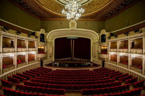 Clipe de panică la Opera din București! Un candelabru s-a spart deasupra spectatorilor - FOTO