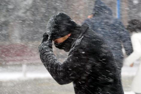 Codul galben de ninsori a fost prelungit, iar trei județe se află sub avertizare de vânt puternic! Care sunt zonele vizate