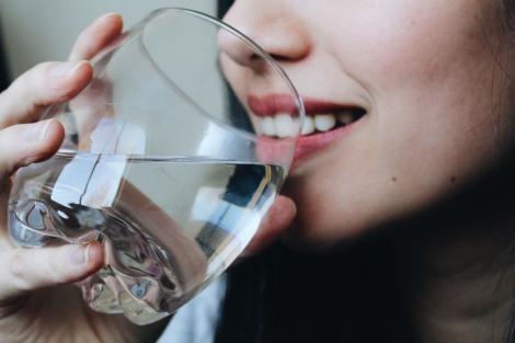 Un cardiolog ne avertizează că bem apa în momentele nepotrivite