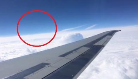 O navă extraterestră a fost filmată cihar în timp ce trecea pe lângă un avion (VIDEO)