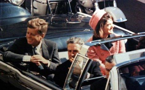 55 de ani de la asasinarea  lui Kennedy. Secretul uluitor legat de costumul roz al lui Jacqueline, pătat cu sânge și creier – FOTO