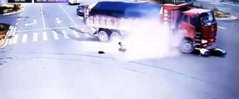 Imagini video șocante! A fost călcat de două tiruri, dintr-un motiv incredibil! Oricare dintre noi ar fi putut fi în locul lui. Dovada că îngerii păzitori există!