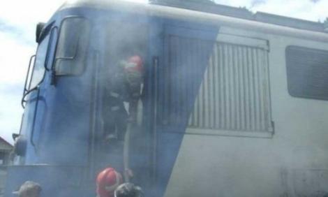 Un vagon al unui tren CFR a luat foc și zeci de călători au coborât speriați (VIDEO)
