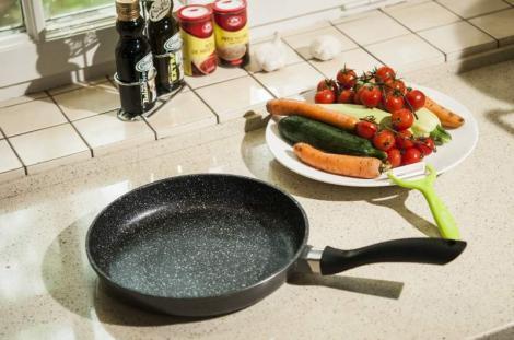 CONCURS! Răspunde la întrebare și câștigă o super tigaie Regis Stone Pan, cu care să faci spectacol în bucătărie
