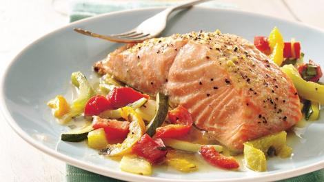 File de somon pe pat de legume aromate, o rețetă gata în doar 20 de minute!