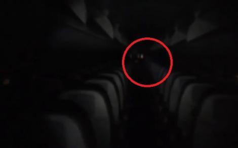 Însoțitorul de bord a vrut să verifice avionul, dar ceva PARANORMAL s-a întâmplat! Ce i-a apărut în cale (VIDEO)